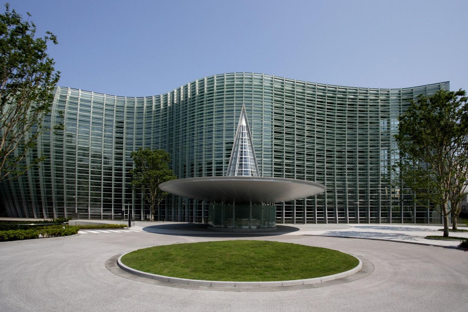 1. 外観(正面)国立新美術館