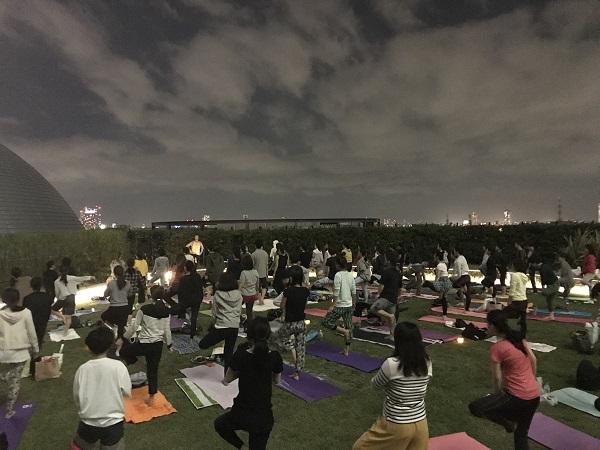 東京スカイツリー(R) のふもとで、夜空ヨガ