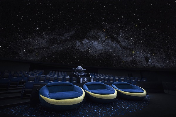 プラネタリウムで星空を楽しむ